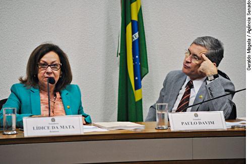 Na mesa E/D:Relatora da CPI, senadora Lídice da Mata (PSB-BA);senador Paulo Davim (PV-RN).