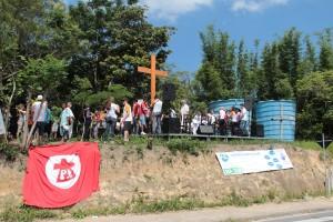 Jovens rezam pelas vítimas da violência na periferia de Florianópolis