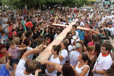 Multidão carrega a Cruz da JMJ em Criciúma (SC)