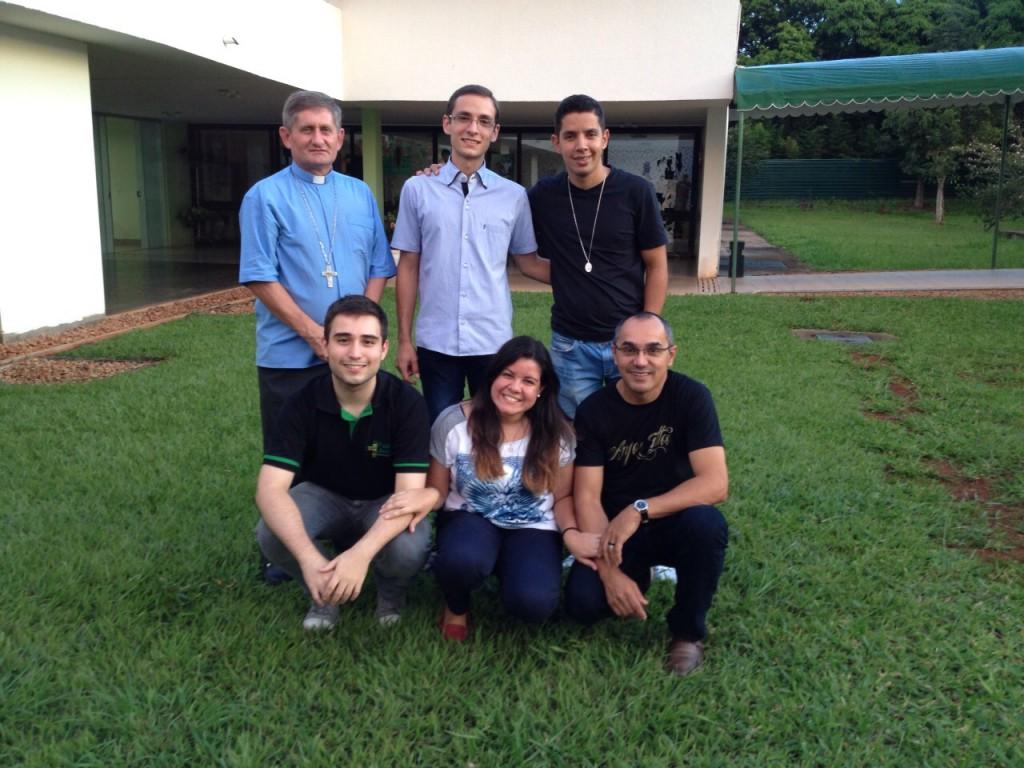 Da esquerda para a direita: Em pé, Dom Vilsom Basso, Maurício Stanzani, Everson Lima. Abaixo: Iago Evernovite, Valesca Montenegro e Padre Antonio Ramos
