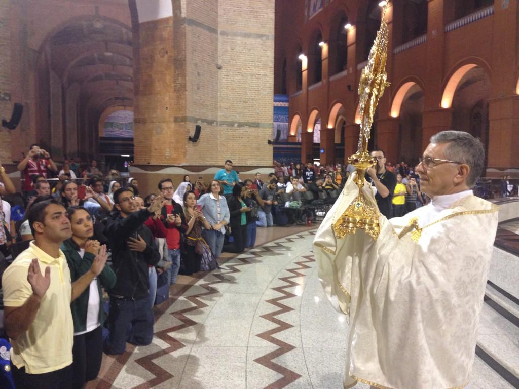 Momento de Adoração ao Santíssimo, no fim da vigília. Foto: Jovens Conectados.