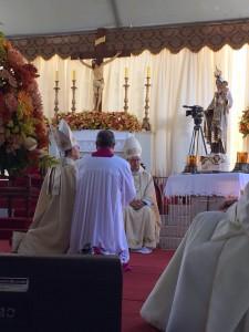 Dom Eduardo em oração diante da imagem de Nossa Senhora do Carmo.