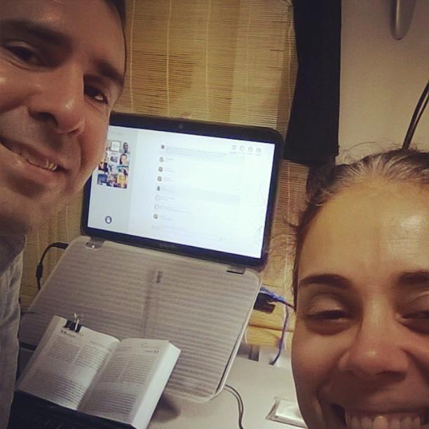 """Nas redes sociais, o casal postou uma foto durante o bate-papo e afirmaram:  """"Experiência incrível. Evangelização digital! em homenagem ao Dia dos Namorados!""""."""