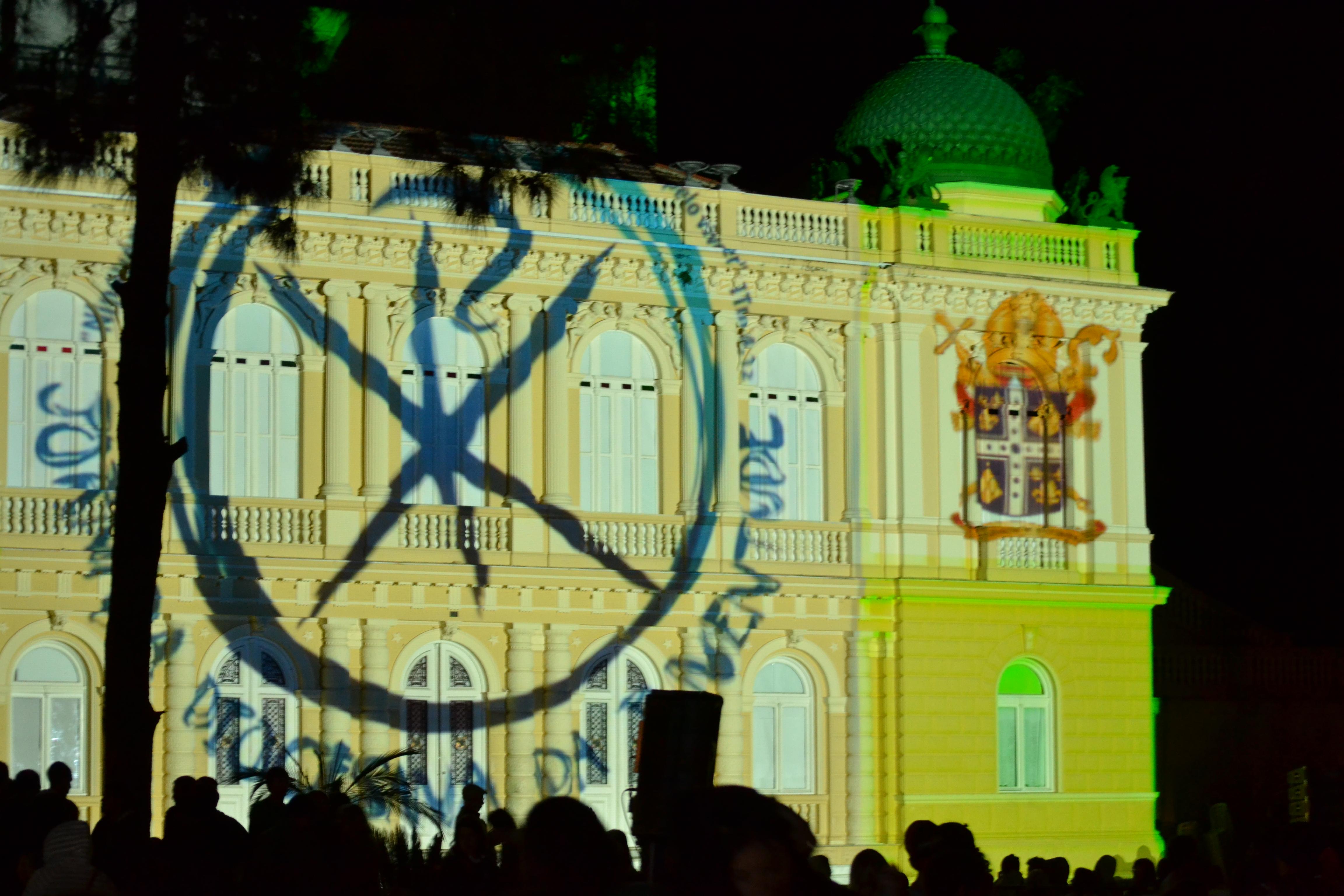 Imagens da Via Sacra foram projetadas na fachada da Câmara Municipal de Petrópolis (RJ)