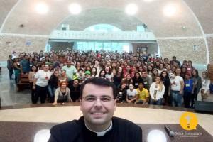 Padre Max e os jovens na formação espiritual