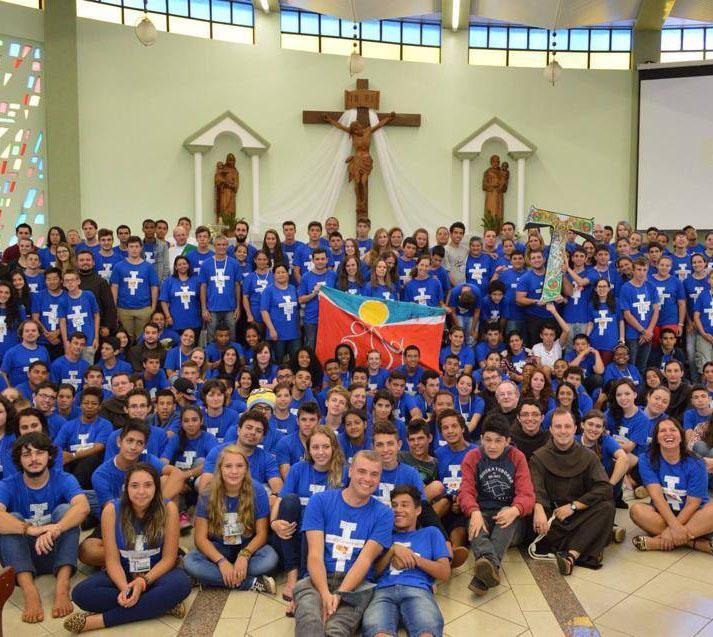 Missão franciscana em Concórdia, em janeiro de 2015. Frei Diego, à frente, juntamente com os jovens. Foto: Bruna Oliver.