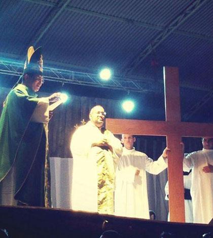 Em missa celebrada pelo bispo Dom Carlos Alberto, jovens receberam a Cruz Peregrina do DNJ